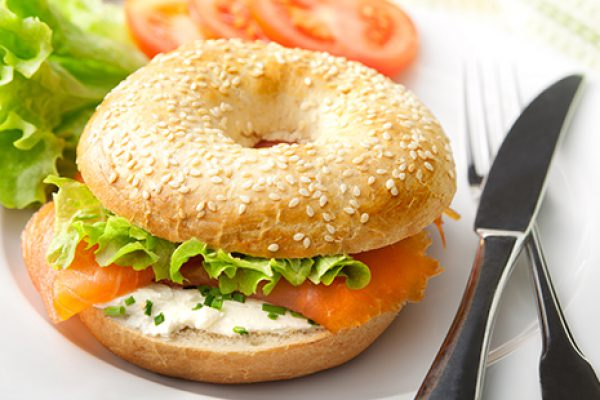 bagel au cream cheese et saumon